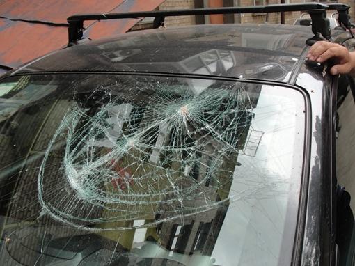 Лобовое стекло расколочено, помята передняя стойка