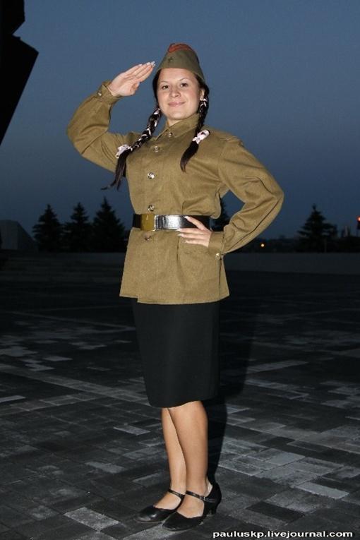 За кулисами девушки охотно позировали в военной форме. Фото: Павел Колесник.