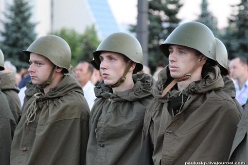 Юношей переодели в солдат. Фото: Павел Колесник.