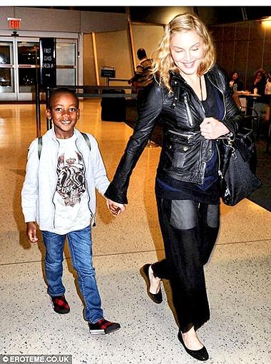 Папарацци встретили артистку в аэропорту Хитроу - она летела вместе с сыновьями. Фото Daily Mail.