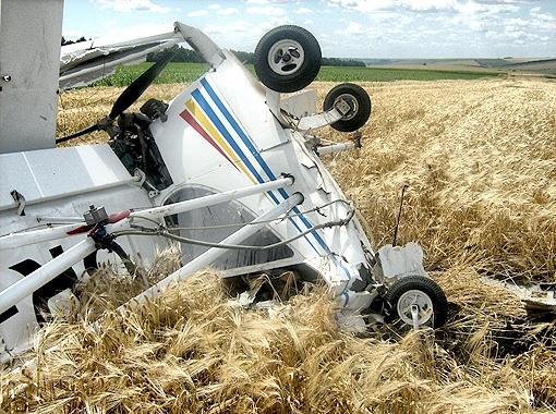 Самолет рухнул в поле.
