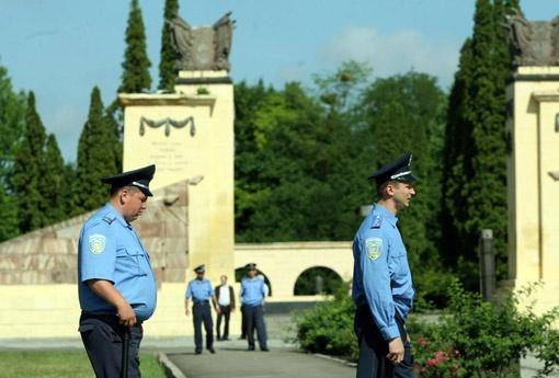 Милиция, как чувствовала, что все пройдет спокойно, поэтому пришла без шлемов и щитов. Фото УНИАН.
