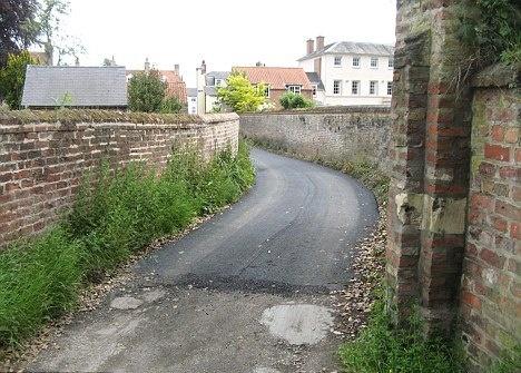 Кусок дороги проложенный за государственный счет. Фото Daily Mail.