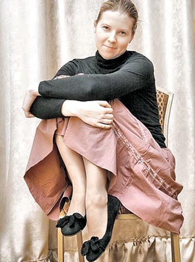 Аня Никитина в туфельках, добытых женихом у певицы, не ходит. Она на них теперь молится. И висят они у нее обычно дома - на стене.