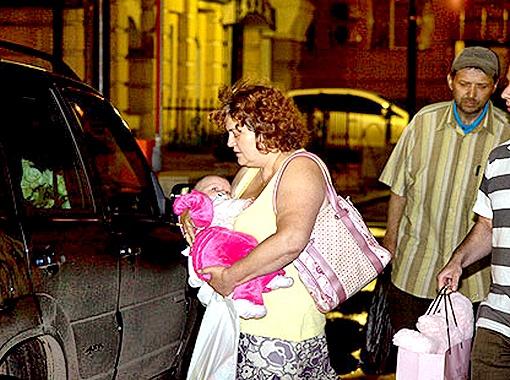 Бабушка вынесла малышку из самарской филармонии и отправилась в гостиницу. Фото Дениса Стрелкова.