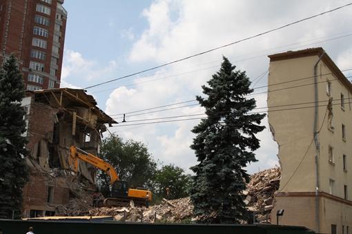 Ранее обещали, что здание будет ликвидировано при помощи взрыва, однако пока снос идет постепенно.Фото: Александра Борушко.