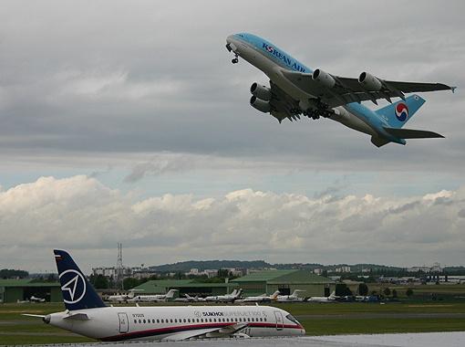 Чтобы не срывать показ аэробуса A380 после аварии, новый самолет пришлось гнать из Кореи.
