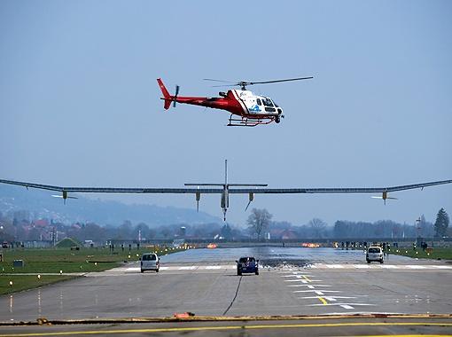 Главная новинка Ле Бурже - самолет на солнечных батареях. Несмотря на свою массу (всего лишь 1600 кг), размах крыльев у лайнера, как у самого большого в мире аэробуса - 63 метра.