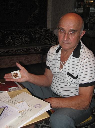 Александр Гевлич с отцовским орденом Отечественной войны.