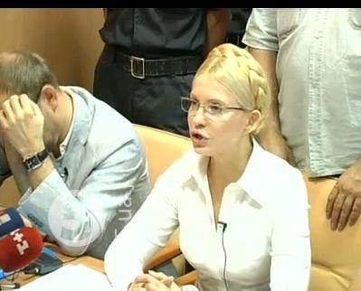 Экс-премьер пришла на заседании суда в очках. Скриншот видео прямой трансляции 5 канала.