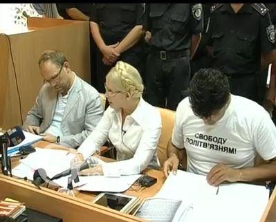 За спиной экс-премьера появились 12 милиционеров. Скриншот видеотрансляции 5 канала.