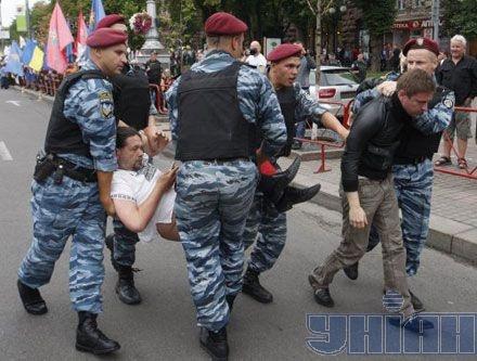 Депутата от БЮТ уносят правоохранители. Фото УНИАН.