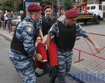 Депутат пытался остановить автобус с милицией. Фото УНИАН.
