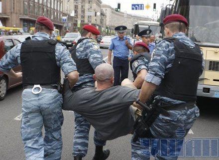 Сторонников Тимошенко уносят с Крещатика. Фото УНИАН.