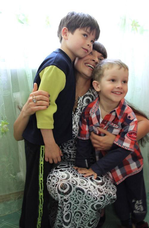 Ксения с сыном Дмитрием (справа) и крестником Антоном. Фото crimea.comments.ua.