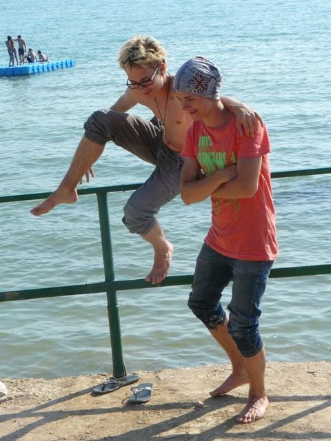 Вова (слева) и Саша на берегу «Золотого берега» в Орловке.
