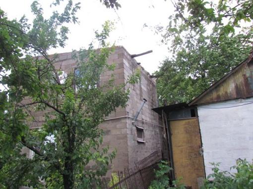 Порыв ветра лишил металлической крыши двухэтажный частный дом. Фото: Николай Рябченко.