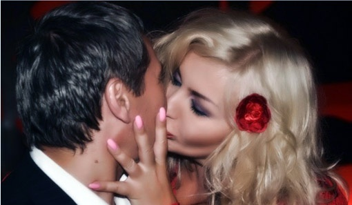 Певица и депутат целуются исключительно по-дружески.