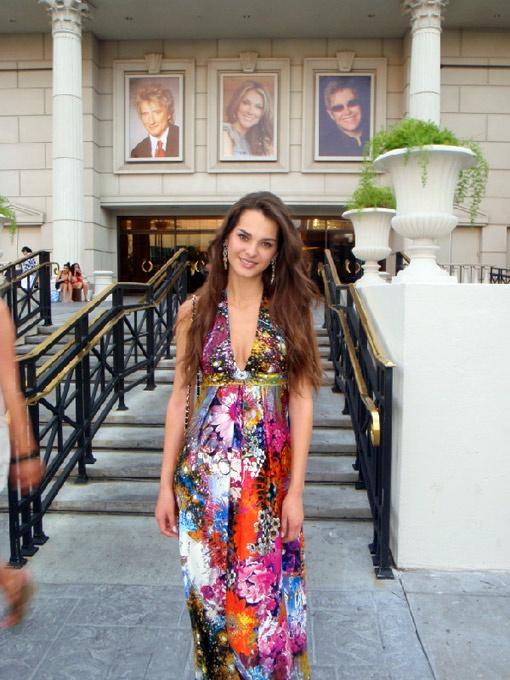 «Мисс Украина Вселенная 2011» Олеся Стефанко привезла из Лас-Вегаса несколько чемоданов с нарядами.