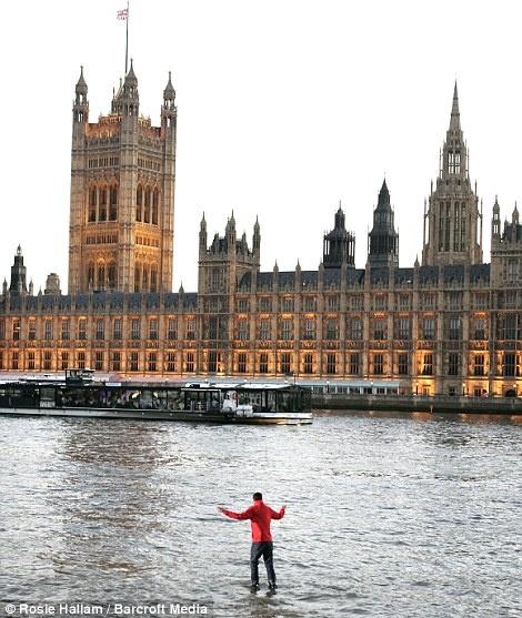 Британский иллюзионист ходит по воде. Фото с сайта dailymail.co.uk.