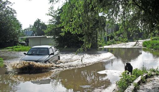 Скрылись под толщей мутных вод западины и ямы на давно убитых местных дорогах. Фото Павла ДИНЦА.