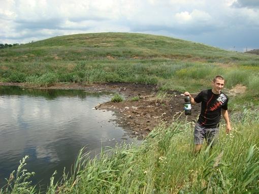 Экологи берут пробу из местного «водоема» - в этой зловонной жиже не живут даже лягушки. Фото автора.
