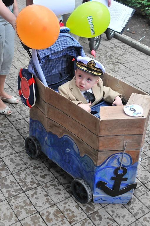 Малыш морячек прокатился по асфальту. Фото: Константин Буновский.