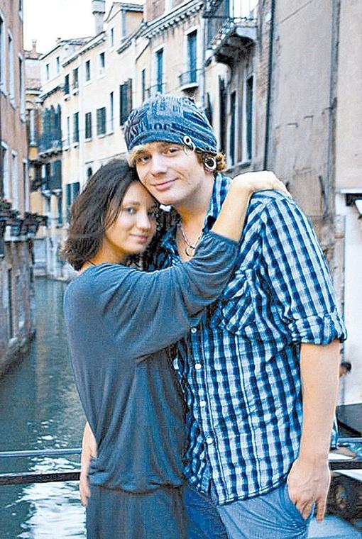 Саша Кривошапко с женой Татьяной Денисовой сейчас на съемках клипа в Венеции, поэтому пока ситуацию не прокомментировали.