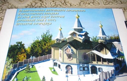 Храм пока пустой внутри и без куполов. Фото автора.