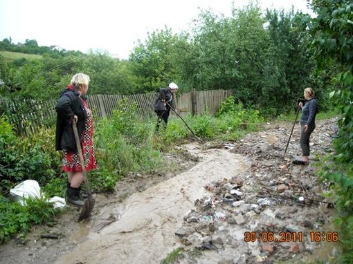 Жители не успевают выгребать отходы. Фото: glavnoe.ua