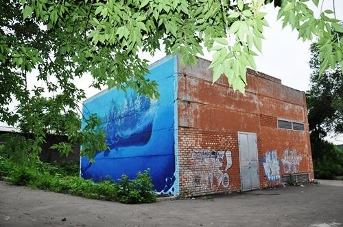 Стену предприятия разрисовали в граффити. Фото: Остров.