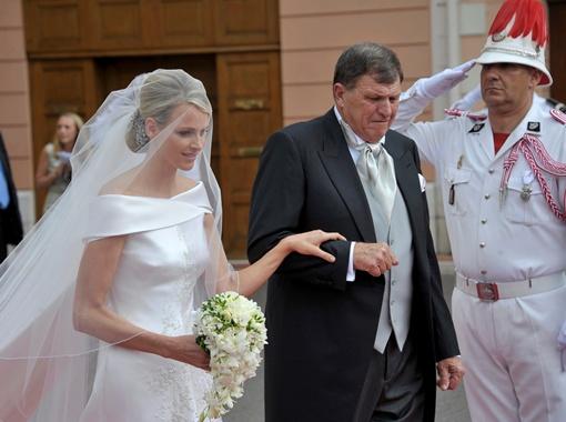 Невесту под венец сопровождал ее отец. Фото  Рейтер