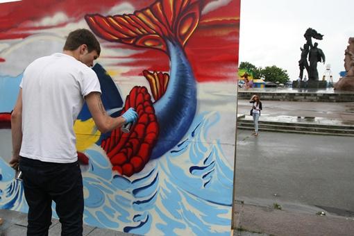 Команда из Киева «чистит чешуйки» красно-синему киту с Украиной на спине.