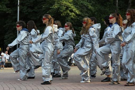 Сначала девушки танцевали в мешковатых комбинезонах, чем заметно разочаровали половину зрителей. Фото: Павел Колесник.