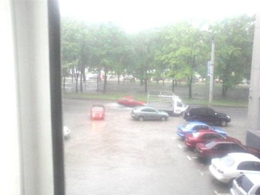 По крышам авто прошелся град. Фото КП