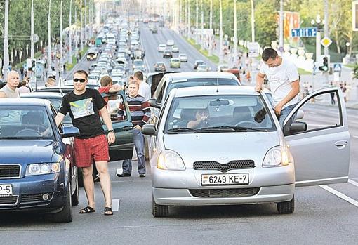 Акция автомобилистов «Стоп-бензин!» - пока самая успешная демонстрация народного протеста. Организаторов этой пробки в центре Минска власти не посадили да и требования выполнили. Топливо подешевело.