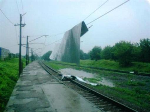 Крыша повисла на проводах. Фото с сайта vgorode.ua.