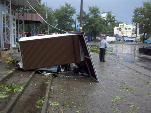 В районе 602-го микрорайона снесло киоски. Фото с сайта vgorode.ua.