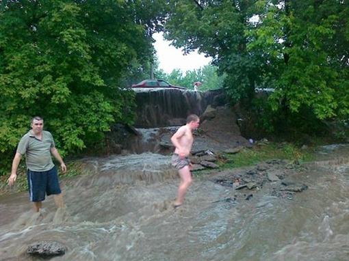 В некоторых районах города дворы превратились в водопады. Фото с сайта vgorode.ua.