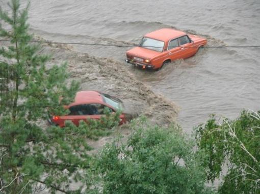 Некоторые машины заливало через верх. Фото с сайта vgorode.ua.
