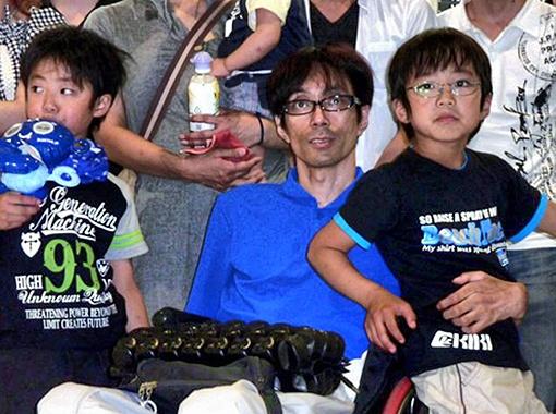 Парализованный отец двоих детей полезет в экзоскелете в гору.