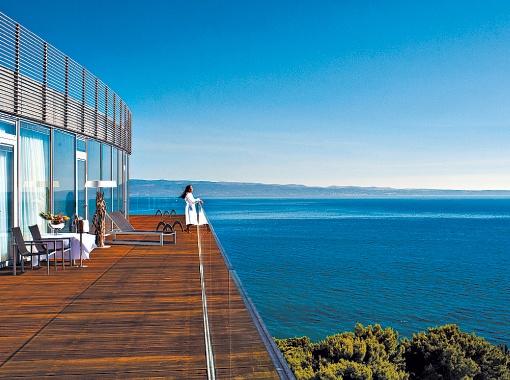С балкона президентского номера открывается шикарный вид на море и остров Брач.