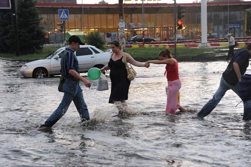 Передвигаться по улицам только по колено в воде. Фото Константина МИХАЙЛОВА.