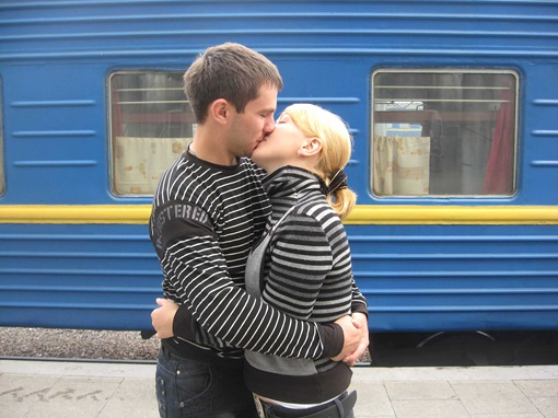 Где можно целоваться, не пугаясь осуждения и порицания окружающих, так это на вокзале.  Фото автора,