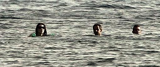 Во время купания супругов сопровождает охранник. Интересно, пистолет у него водяной? Фото DailyMail.