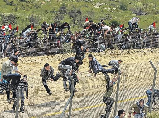 Сирийские демонстранты «штурмуют» границу между Израилем и Сирией в районе Голанских высот 15 мая 2011 года. Фото РЕЙТЕР.