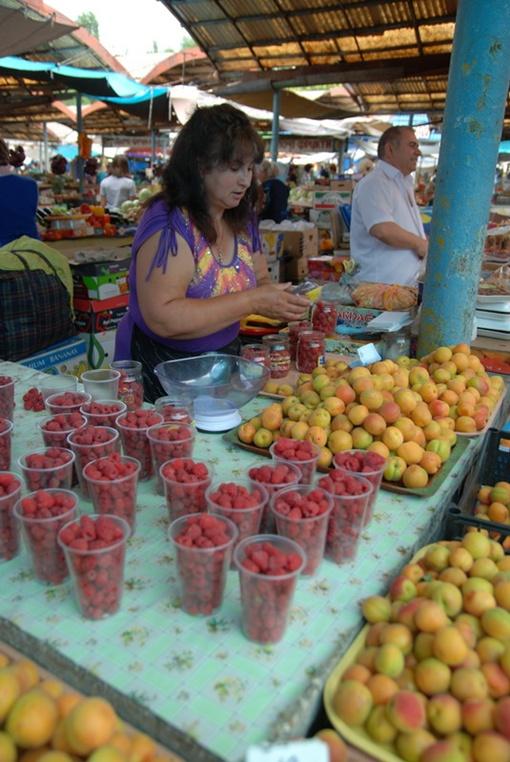 Абрикосы в этом году дешевые, а вот малина из-за дороговизны уже практически деликатес.