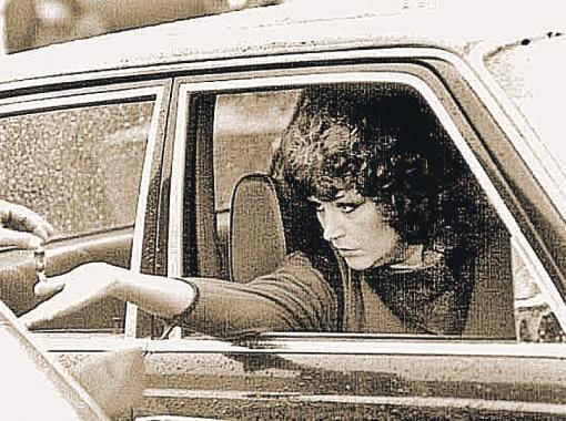 Пугачева в своей первой машине - «тройке», купленной за пять тысяч рублей. Фото с сайта paroms.narod.ru