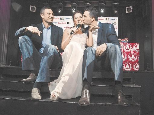 Володя расцеловал телеведущую Олю Цыбульскую, которая подарила ему песню.