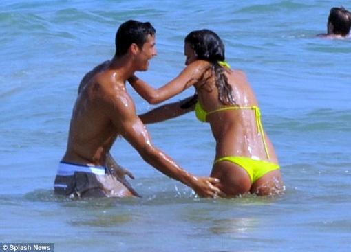 Влюбленные играются в воде. Фото с сайта eg.ru.